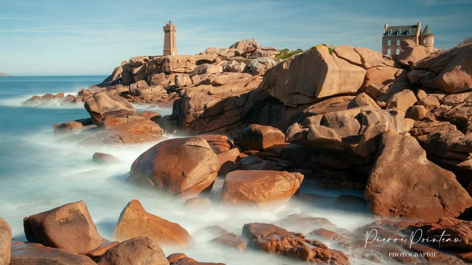 Photographie en pose longue du phare de Min Ruz, à Ploumanach.