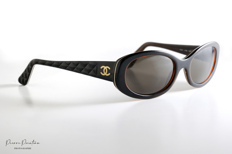 Photo packshot d'une paire de lunettes solaires Chanel pour femme.