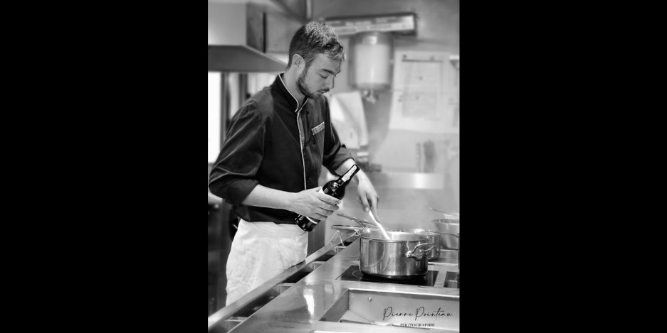 Photo de reportage d'un cuisinier en action