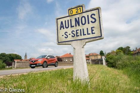 """Voiture franchissant la limite departementale, ancienne frontiere de l'empire allemand. Panneau routier fabrication Michelin -----------------  Après la défaite, l'accord de paix signé à Versailles le 26 février 1871 imposa l'annexion de l'Alsace-Moselle et une nouvelle frontière entre la France et l'Allemagne. Celle-ci courait du Luxembourg à la Suisse en bouleversant les pourtours des départements de la Moselle, de la Meurthe, des Vosges et du Haut-Rhin. En Lorraine, cette ancienne frontière perdure aujourd'hui, car le département actuel de la Meurthe-et-Moselle a conservé son exact tracé. L'entretien des routes départementales incombant aux Conseils Généraux, les goudrons de revêtement routier changent souvent de couleur quand l'on passe d'un département à l'autre. Deux guerres mondiales n'auront donc pas fait disparaitre ces lignes sur la chaussée. Plus de quatre mille bornes marquées d'un numéro et des lettres D et F ont été positionnées pour jalonner la nouvelle frontière de 1871. Aujourd'hui, certaines sont toujours visibles au bord des fossés. Les lettres D (Deutschland) ont presque toutes été martelées afin de les rendre illisibles. Entre 1871 et 1945, les Alsaciens-Mosellans ont changé cinq fois de nationalités. Cela explique que sur leurs monuments aux morts, à de rares exceptions, l'on n'y lit pas l'épitaphe """"Morts pour la France"""" mais plutôt """"A nos morts"""". Comment, en effet, commémorer le souvenir de ces hommes combattant pour l'armée allemande ?"""