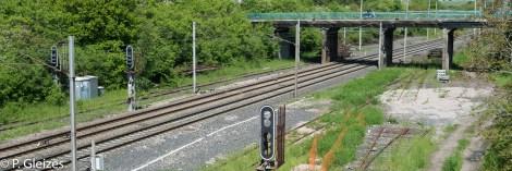 """Frontiere ferroviaire, village coupe en deux par l'annexion. Les trains allemands et francais ne roulant pas du meme cote, une nouvelle gare fut construite cote Moselle, Deutsch Avricour, renommee Nouvel Avricourt. ligne trais Paris Strasbourg  -----------------  Après la défaite, l'accord de paix signé à Versailles le 26 février 1871 imposa l'annexion de l'Alsace-Moselle et une nouvelle frontière entre la France et l'Allemagne. Celle-ci courait du Luxembourg à la Suisse en bouleversant les pourtours des départements de la Moselle, de la Meurthe, des Vosges et du Haut-Rhin. En Lorraine, cette ancienne frontière perdure aujourd'hui, car le département actuel de la Meurthe-et-Moselle a conservé son exact tracé. L'entretien des routes départementales incombant aux Conseils Généraux, les goudrons de revêtement routier changent souvent de couleur quand l'on passe d'un département à l'autre. Deux guerres mondiales n'auront donc pas fait disparaitre ces lignes sur la chaussée. Plus de quatre mille bornes marquées d'un numéro et des lettres D et F ont été positionnées pour jalonner la nouvelle frontière de 1871. Aujourd'hui, certaines sont toujours visibles au bord des fossés. Les lettres D (Deutschland) ont presque toutes été martelées afin de les rendre illisibles. Entre 1871 et 1945, les Alsaciens-Mosellans ont changé cinq fois de nationalités. Cela explique que sur leurs monuments aux morts, à de rares exceptions, l'on n'y lit pas l'épitaphe """"Morts pour la France"""" mais plutôt """"A nos morts"""". Comment, en effet, commémorer le souvenir de ces hommes combattant pour l'armée allemande ?"""