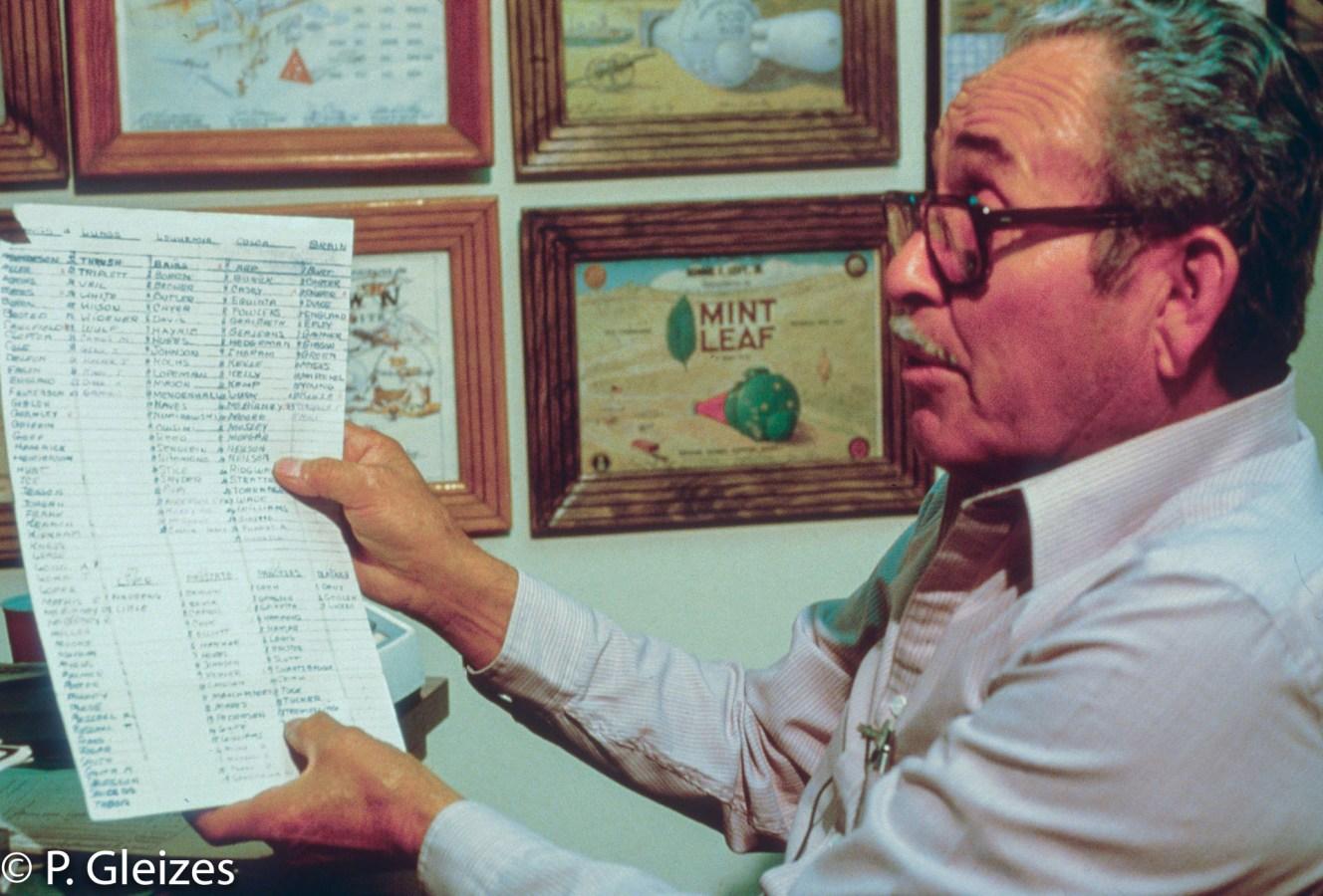 1983. Las Vegas, USA. Benni Levi présente la liste de ses 193 collègues de travail décédés après leurs participations à des essais nucléaires dans le désert du Nevada.