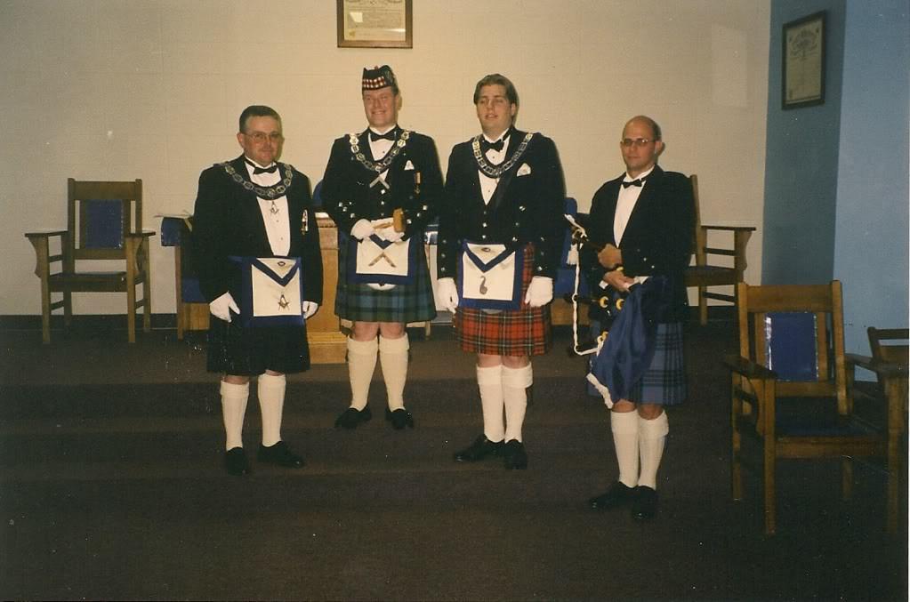 masones escoceses con kilt