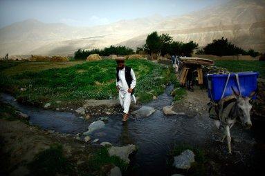 Transport de matériel électoral en Afghanistan en 2009