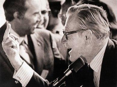 Nelson Rockefeller, vice-président des États-Unis, lève son majeur face à des manifestants contre la guerre au Vietnam en 1976