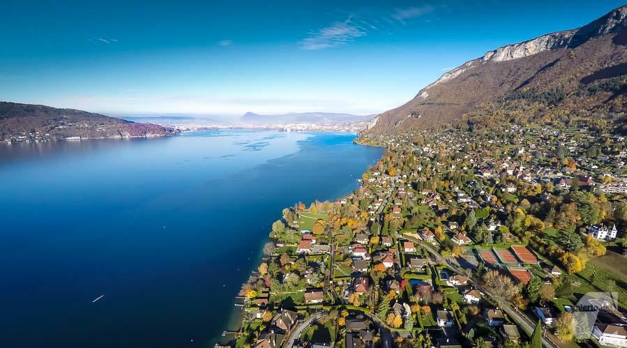Vue aérienne du lac d'Annecy depuis un drone
