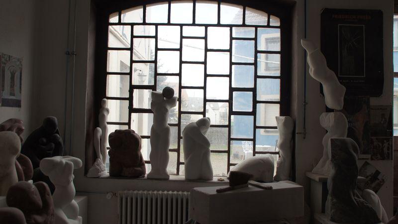 Blick aus dem Bildhauer-Atelierraum in den Innenhof