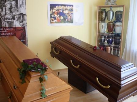 Angebot verschiedener Särge für Bestattungen