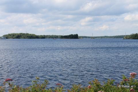 Järvimaisema, taustalla saari