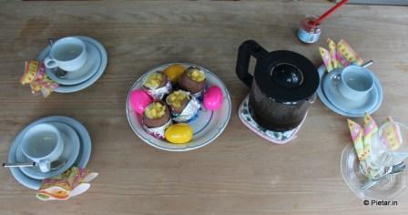 Kahvia ja täytettyjä suklaamunia,