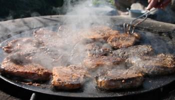 Pihvit tirisee grillissä.