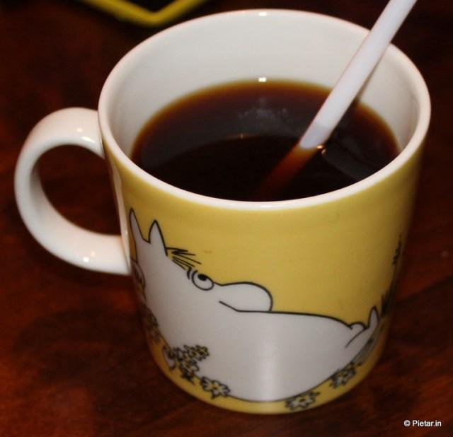 Kahvia niiskuneitikupissa.