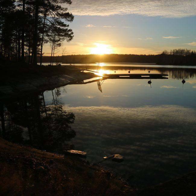Aurinko laskee Saimaaseen.