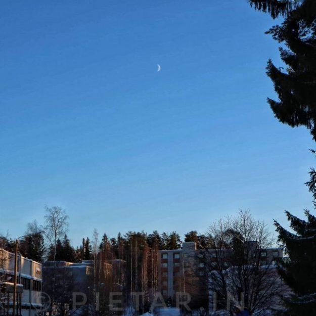 Kuu möllöttää taivaalla.