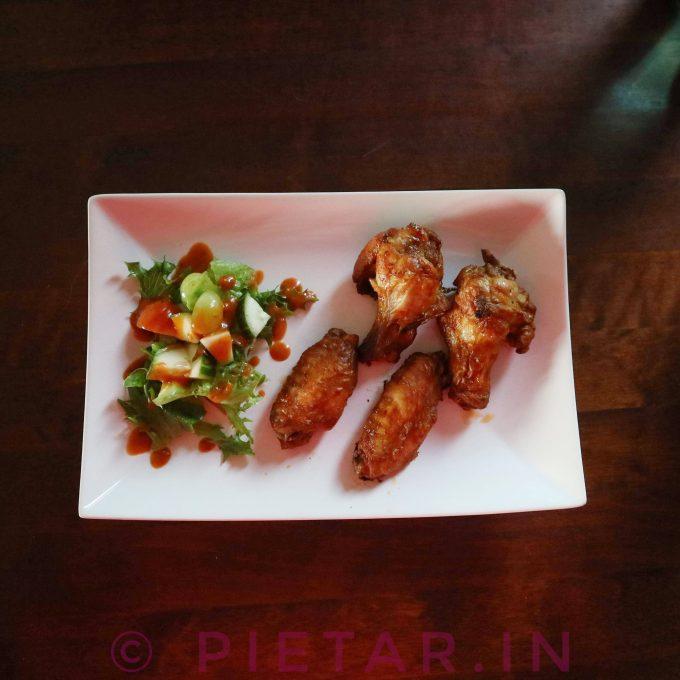 Kanaa ja salaattia.