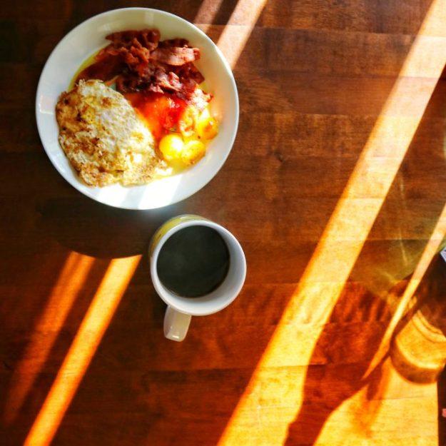 Maanantain aamiainen auringonsäteissä.