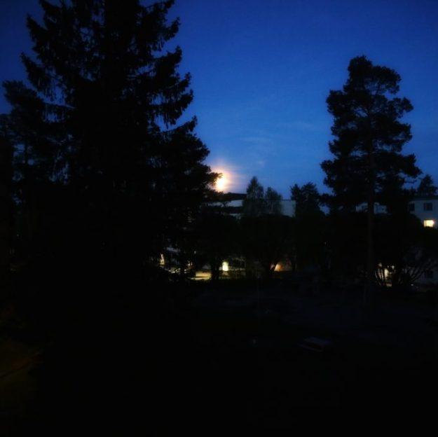 Siellä se kuu möllöttää.