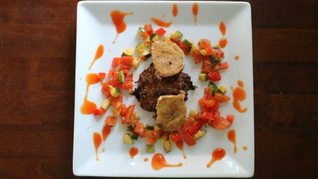 Upea asetelma, jossa pihvi, kasviksia ja vuohenjuustoa.