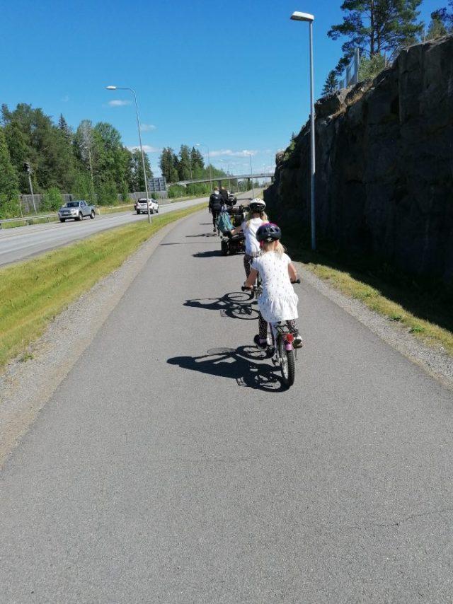 Nätisti pyörätuoli ja polkupyörät jonossa.