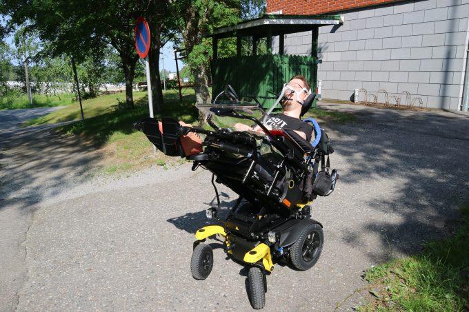 Myös makuuasentoon saa sähköpyörätuolin.