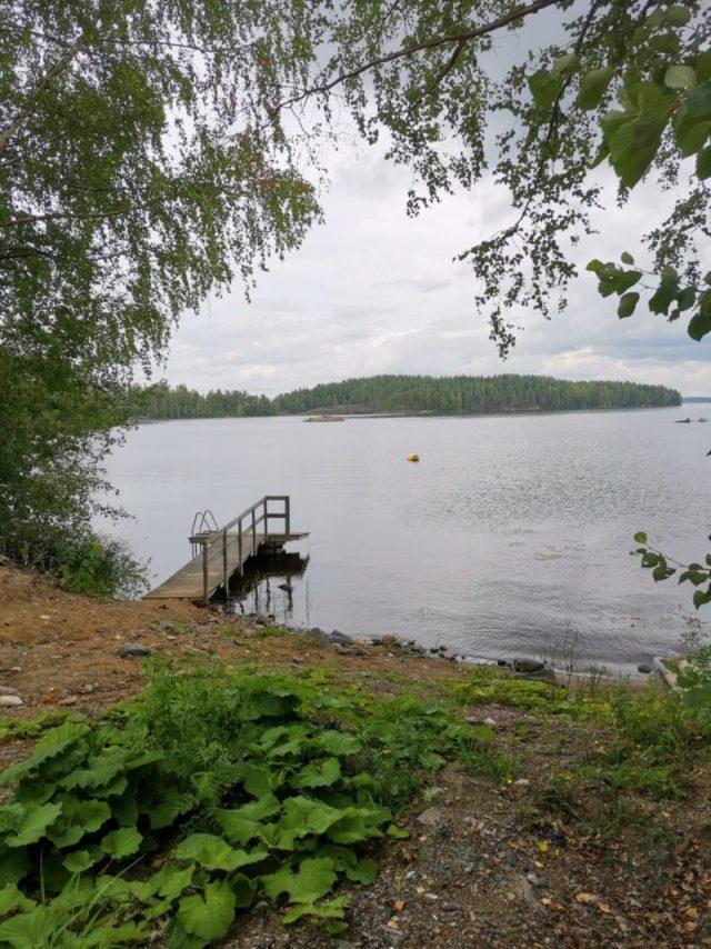 Laituri Saimaan rannalla.
