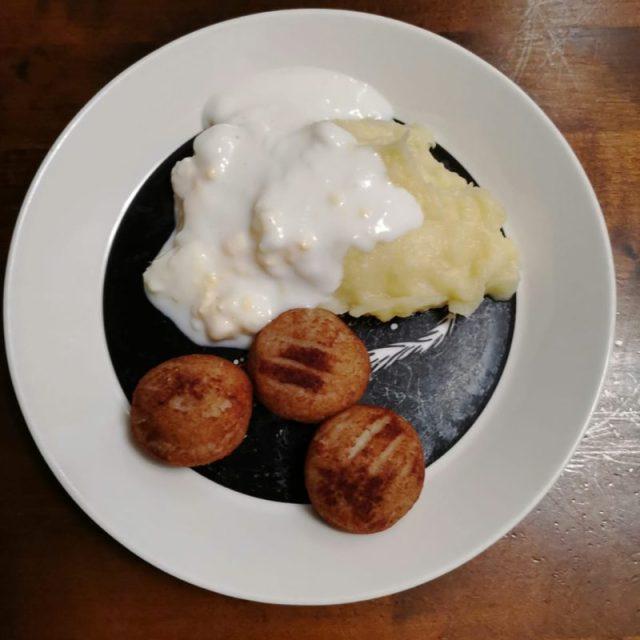Kananmunakastiketta, perunamuusia sekä kalapyöryköitä.