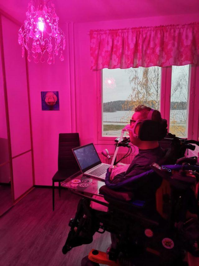 Avustajien huoneessa on pinkki valaistus.