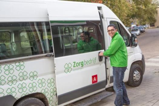 Zorgbedrijf Antwerpen organiseert reeds in Berchem een eigen stap op stap af bus als alternatief voor het wegvallen van een buslijn van De Lijn.
