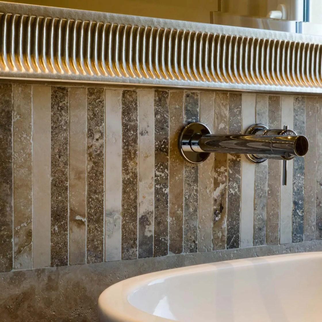 Bagno con rivestimento in travertino e pavimento in legno pietre di rapolano - Specchio cornice nera barocca ...