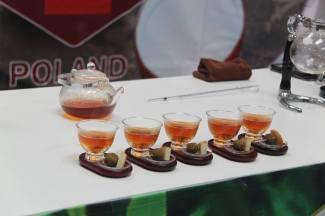 Przygotowany poczęstunek: herbata i koreczki