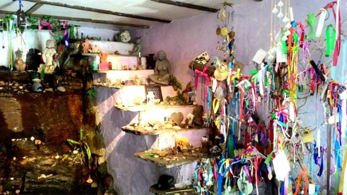 Místnost plná sošek víl, stužek přání, krystalů, kamínků a polodrahokamů