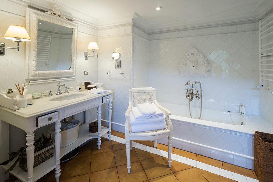 Caserio Pikamendi | Gold Room Bathroom