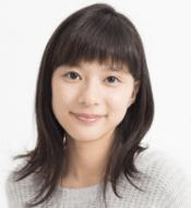 芳根京子がニットのセーターを着てこっちを見ている画像
