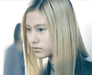 恒松祐里が映画サクラダリセットの中で金髪姿で睨みつけているシーンの画像
