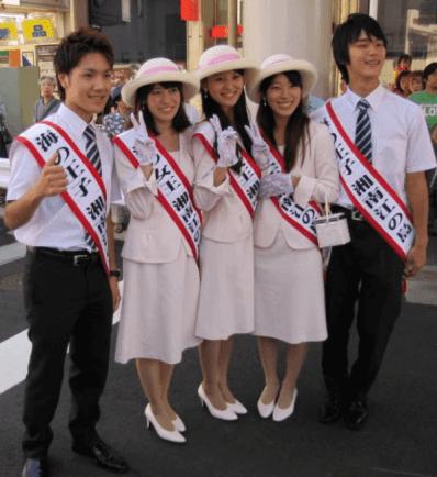 秋篠宮家の長女眞子さまと婚約を発表した小室圭が湘南江ノ島の海の王子として写真を撮っている画像