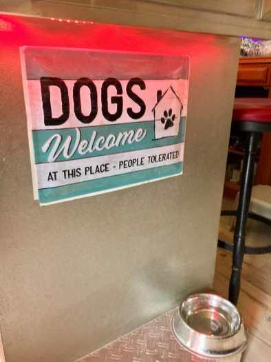 Löydettiin matkalla koiraystävällinen pubi, jossa ihmisiä siedettiin.