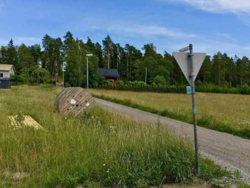 Tätä tietä pääset ylikulkusillalle, jonka takaa muutaman sadan metrin päästä lähtee luontopolku vasemmalle.