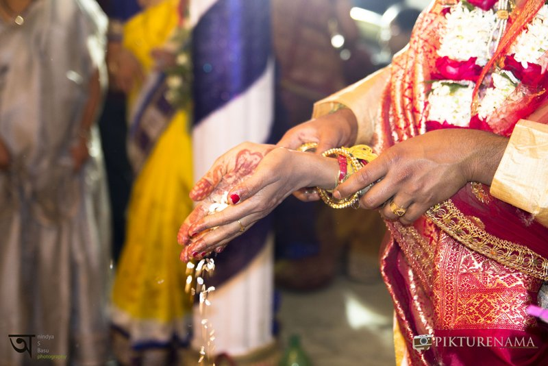 Kolkata wedding photography when two pairs of hands come together taking an oath