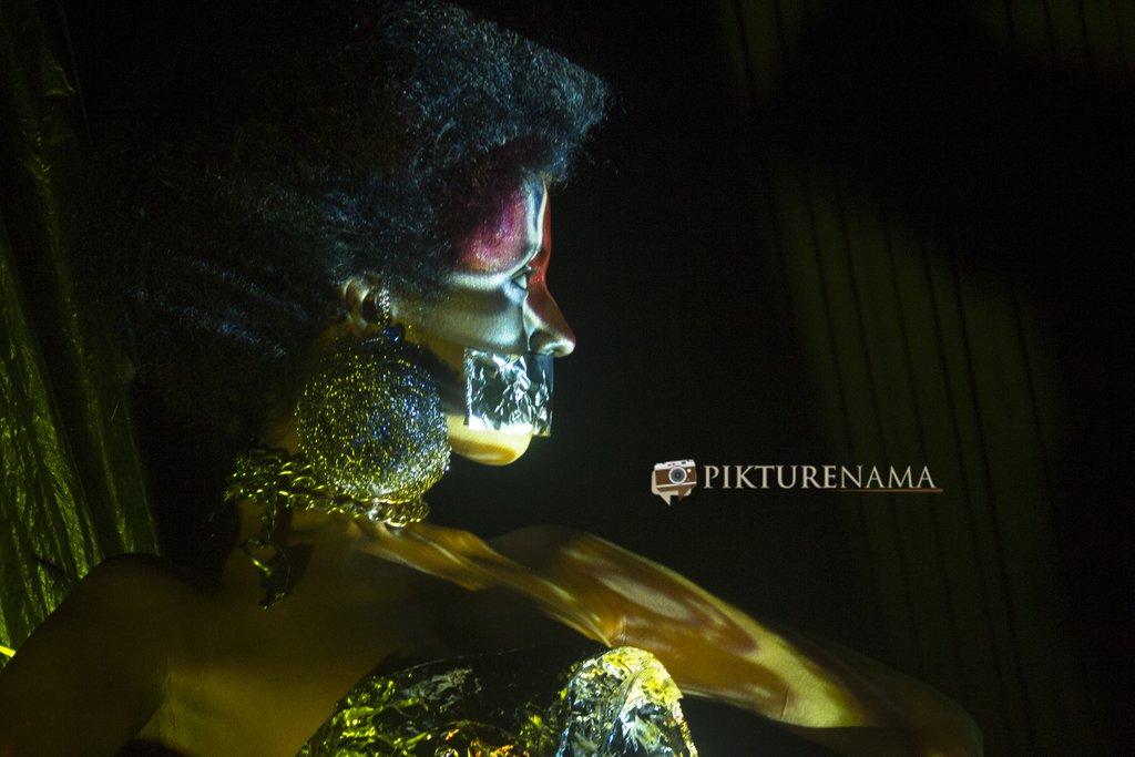 Pikturenama in Fine Art Photography workshop in Kolkata model satarupa lights on her face