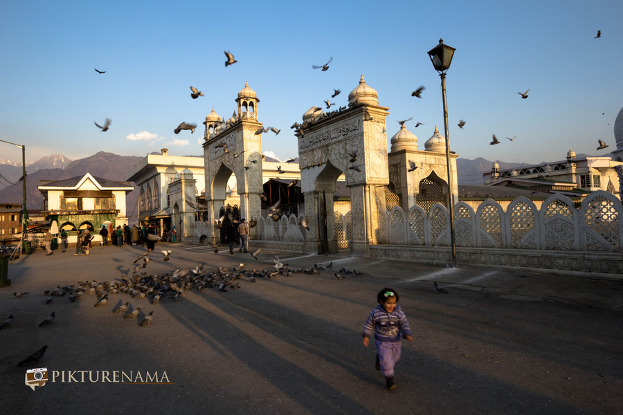Hazratbal Srinagar the little kid