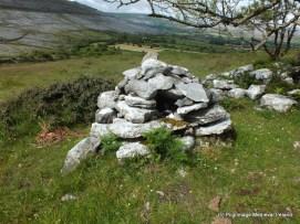 Leacht beside Tobar Cholmáin