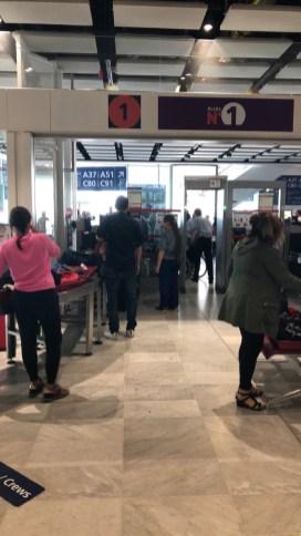 La file d'attente pour passer la sécurité de l'aéroport...