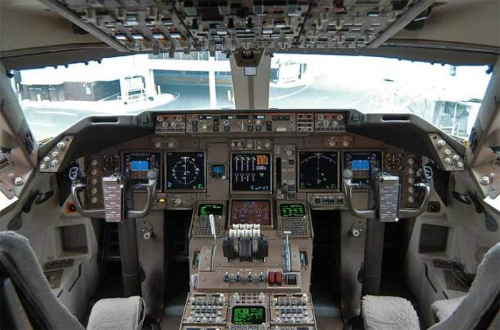 Boeing-747-400-кабина-пилота