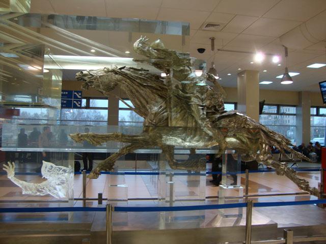 Конь в аэропорту толмачево