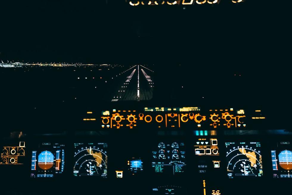 Airbus A320 cockpit landing at night (EDDM)