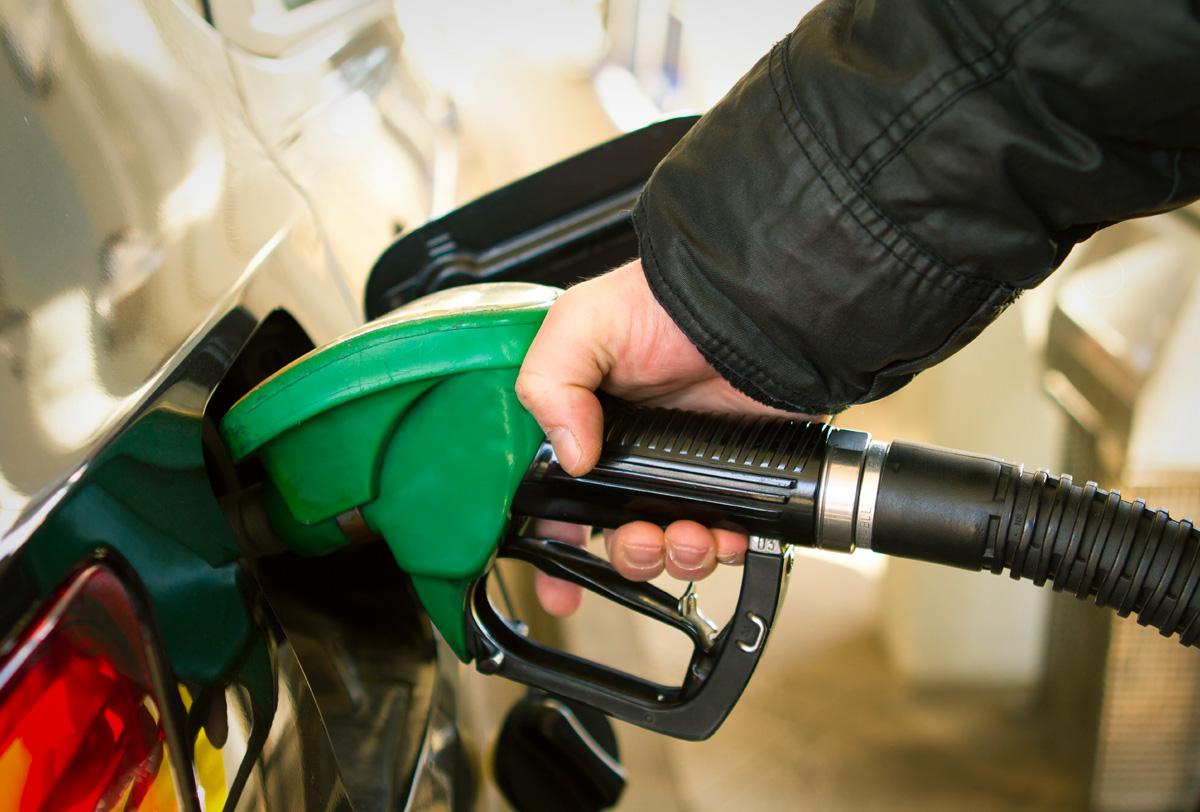 Automovilistas llegan a gasolineras desde temprana hora en búsqueda de combustible