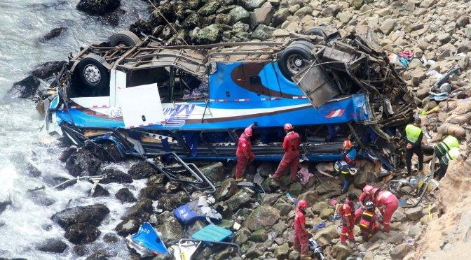 VIDEO: Mueren 48 personas al caer autobús a precipicio en Perú