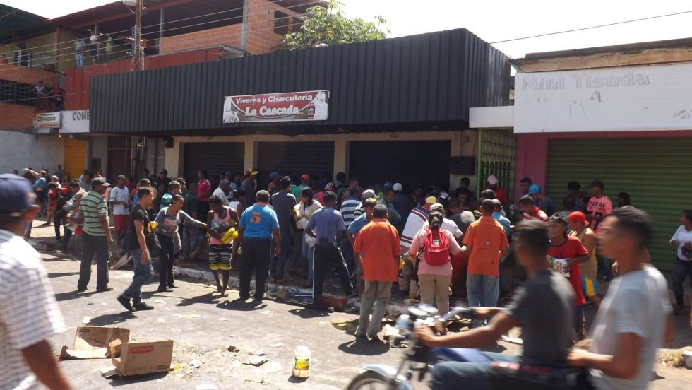 Mueren 4 personas durante protestas por comida en Venezuela