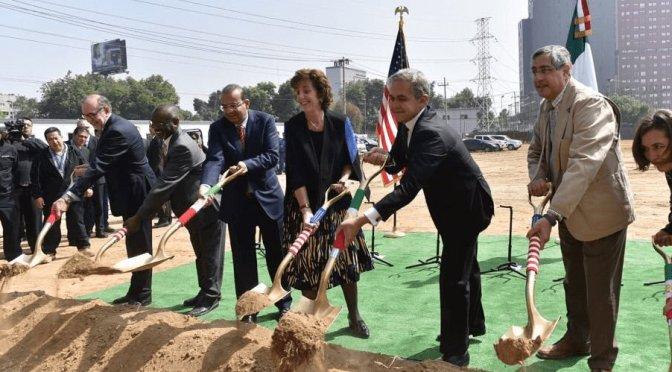 Colocan primera piedra de nueva sede de la embajada de Estados Unidos