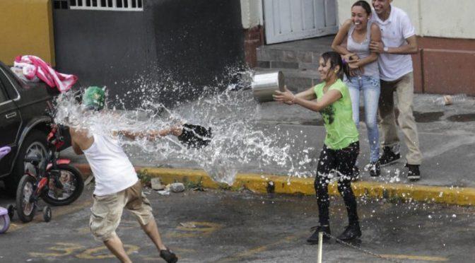 Multas de hasta tres mil pesos por desperdiciar agua el Sábado de Gloria